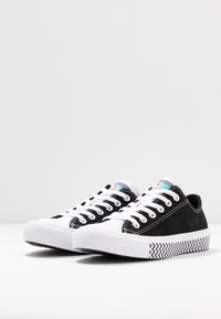 Converse - CHUCK TAYLOR ALL STAR - Sneakersy niskie - black/white/university red - 4