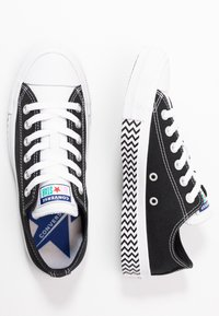 Converse - CHUCK TAYLOR ALL STAR - Sneakersy niskie - black/white/university red - 3