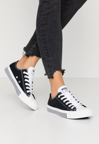 Converse - CHUCK TAYLOR ALL STAR - Sneakersy niskie - black/white/university red - 0