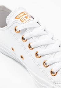 Converse - CHUCK TAYLOR ALL STAR - Sneakersy niskie - white - 2