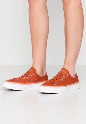 CHUCK TAYLOR ALL STAR - Zapatillas - venetian rust/shimmer/white