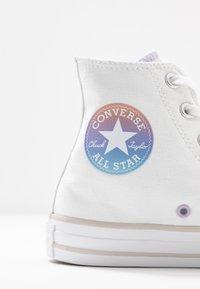 Converse - CHUCK TAYLOR ALL STAR - Korkeavartiset tennarit - white/multicolor/pale putty - 2