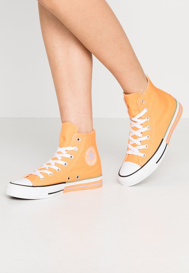 CHUCK TAYLOR ALL STAR - Korkeavartiset tennarit - fuel orange/moonstone violet