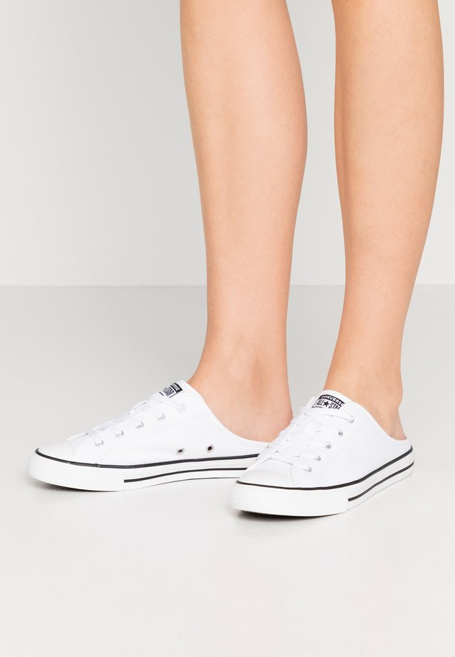 CHUCK TAYLOR ALL STAR DAINTY MULE - Matalavartiset tennarit - white/black