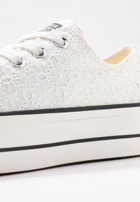 Converse - CUCK TAYLOR ALL STAR LIFT - Matalavartiset tennarit - white/black - 2