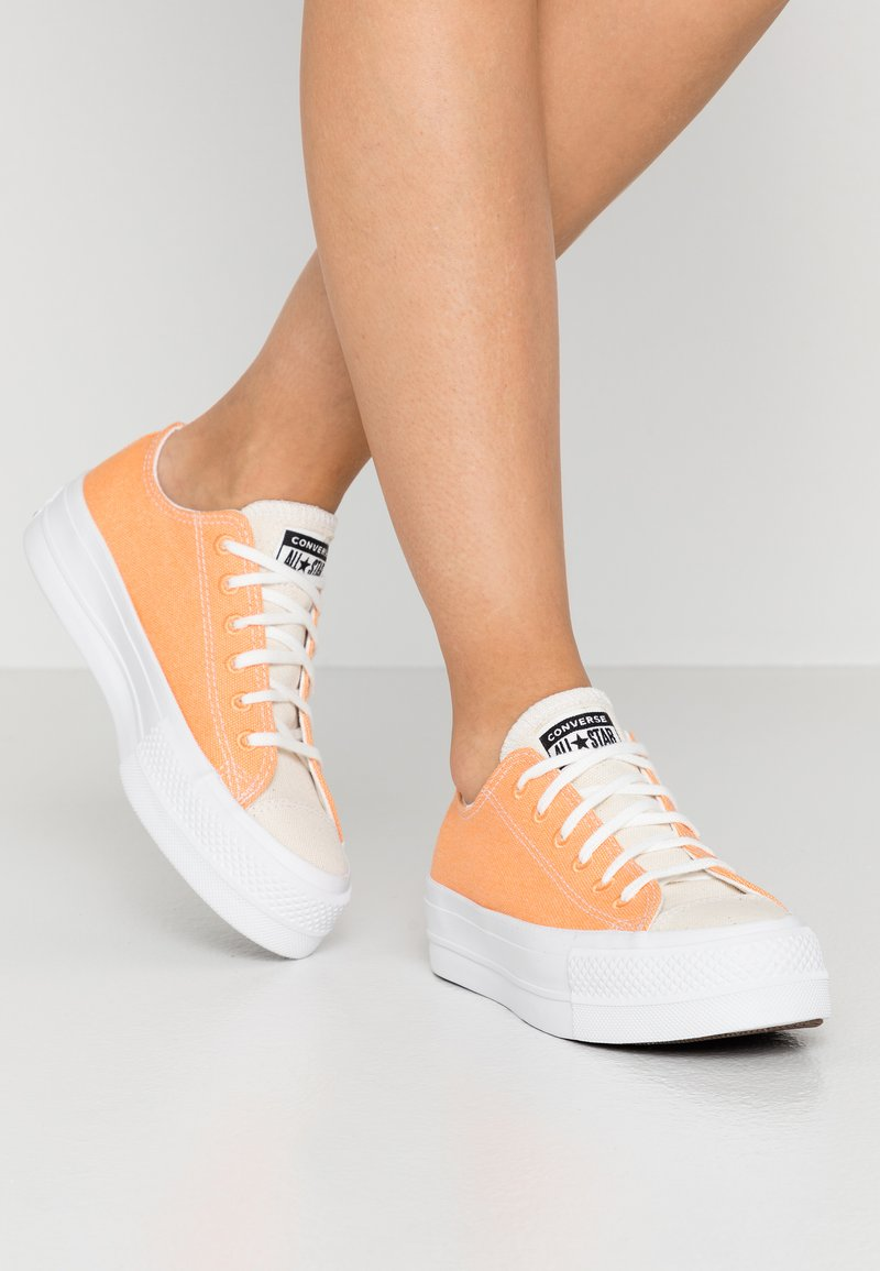 Converse - CHUCK TAYLOR ALL STAR LIFT - Sneakers laag - fuel orange/white