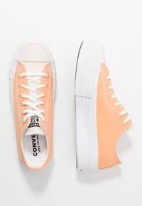 Converse - CHUCK TAYLOR ALL STAR LIFT - Sneakers laag - fuel orange/white - 3