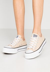 Converse - CHUCK TAYLOR ALL STAR LIFT - Joggesko - farro/white/black - 0