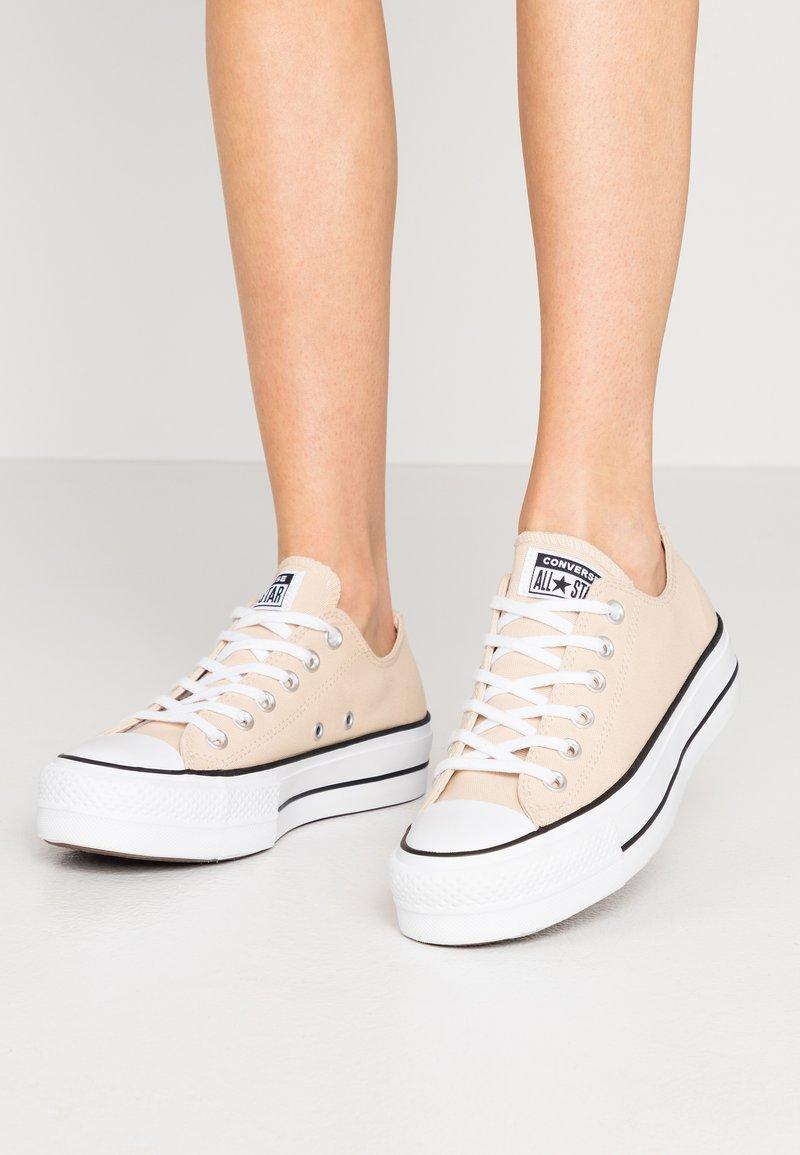Converse - CHUCK TAYLOR ALL STAR LIFT - Joggesko - farro/white/black