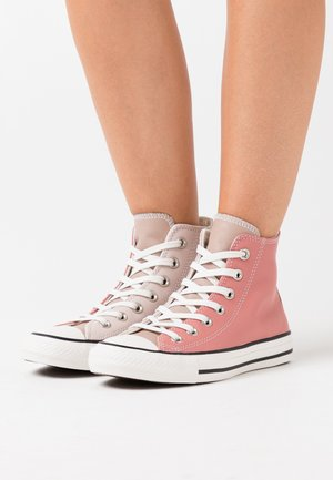 CHUCK TAYLOR ALL STAR - Korkeavartiset tennarit - silt red/brick rose/white