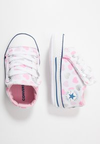 Converse - CHUCK TAYLOR ALL STAR HEARTSFALL CRIBSTER - Chaussons pour bébé - white/cherry blossom/silver - 0