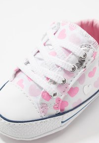 Converse - CHUCK TAYLOR ALL STAR HEARTSFALL CRIBSTER - Chaussons pour bébé - white/cherry blossom/silver - 2