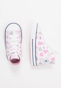 Converse - CHUCK TAYLOR ALL STAR HEARTSFALL  - Høye joggesko - white/cherry blossom/silver - 0