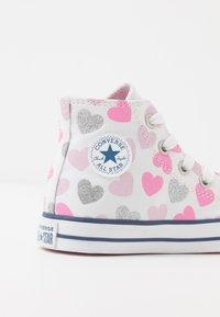 Converse - CHUCK TAYLOR ALL STAR HEARTSFALL  - Høye joggesko - white/cherry blossom/silver - 2