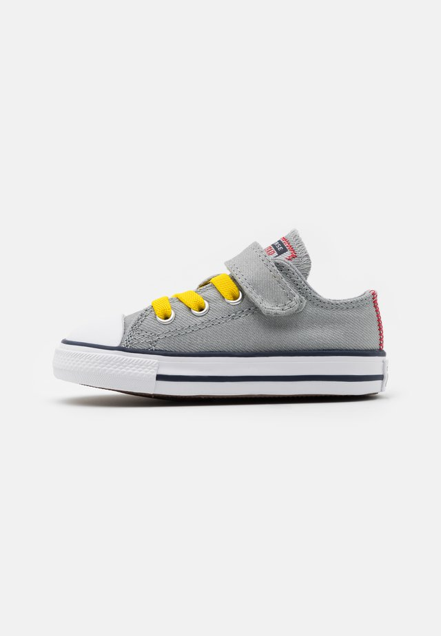 CHUCK TAYLOR ALL STAR  - Sneakersy niskie - ash stone/university red/speed yellow