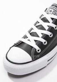 Converse - CHUCK TAYLOR ALL STAR OX - Sneakersy niskie - black - 5