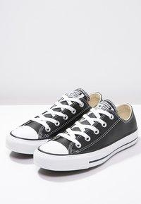 Converse - CHUCK TAYLOR ALL STAR OX - Sneakersy niskie - black - 2
