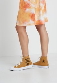 Converse - CHUCK TAYLOR ALL STAR HI RENEW - High-top trainers - wheat/black/white - 0