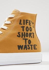 Converse - CHUCK TAYLOR ALL STAR HI RENEW - High-top trainers - wheat/black/white - 9