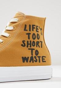 Converse - CHUCK TAYLOR ALL STAR HI RENEW - Sneakers hoog - wheat/black/white - 9