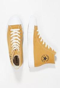 Converse - CHUCK TAYLOR ALL STAR HI RENEW - Sneakers hoog - wheat/black/white - 3