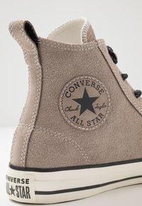 Converse - CHUCK TAYLOR ALL STAR - Høye joggesko - hummus/almost black - 5