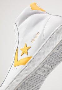 Converse - PRO LEATHER - Sneaker high - white/amarillo - 5