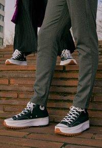 Converse - RUN STAR HIKE - High-top trainers - black/white/gum - 4