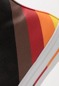 Converse - PRIDE CHUCK TAYLOR ALL STAR - Sneakers hoog - black/university red - 5