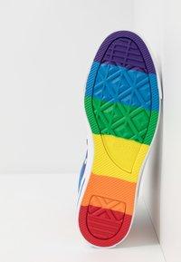 Converse - PRIDE CHUCK TAYLOR ALL STAR - Sneakers hoog - black/university red - 4