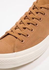 Converse - CHUCK TAYLOR ALL STAR '70 OX - Sneakers laag - burnt caramel/egret - 5