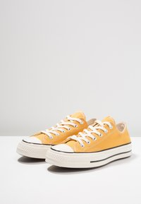 Converse - CHUCK TAYLOR ALL STAR '70 OX  - Sneakers laag - sunflower/black/egret - 2