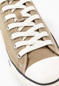 Converse - CHUCK TAYLOR ALL STAR - Sneakersy niskie - khaki/egret/black - 5