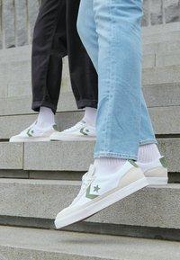 Converse - NET STAR - Sneakersy niskie - white/cypress green/egret - 4