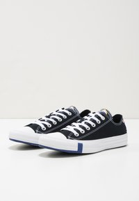 Converse - CHUCK TAYLOR ALL STAR OX - Sneakers - black/rush blue/university red - 6