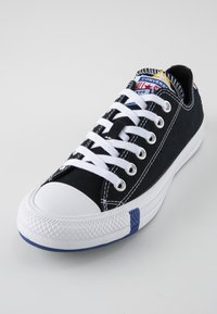 Converse - CHUCK TAYLOR ALL STAR OX - Sneakers - black/rush blue/university red - 2