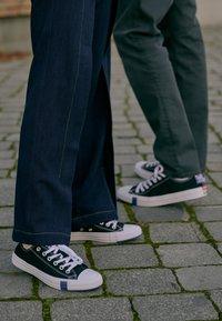 Converse - CHUCK TAYLOR ALL STAR OX - Joggesko - black/rush blue/university red - 4