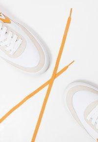 Converse - NET STAR - Sneakers laag - white/sunflower gold/egret - 9