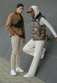 Converse - NET STAR - Sneakers laag - white/sunflower gold/egret - 3