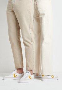 Converse - NET STAR - Sneakers laag - white/sunflower gold/egret - 0