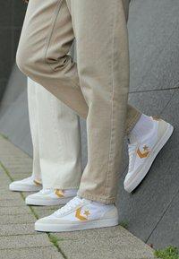 Converse - NET STAR - Sneakers laag - white/sunflower gold/egret - 4