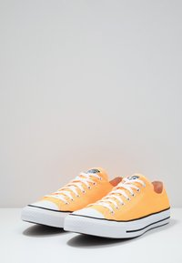 Converse - CHUCK TAYLOR ALL STAR  - Sneakersy niskie - laser orange - 2