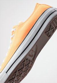 Converse - CHUCK TAYLOR ALL STAR  - Sneakersy niskie - laser orange - 5