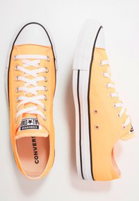 Converse - CHUCK TAYLOR ALL STAR  - Joggesko - laser orange