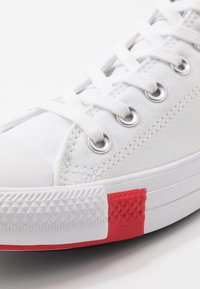 Converse - CHUCK TAYLOR ALL STAR  - Sneakersy niskie - white/university red/black - 2