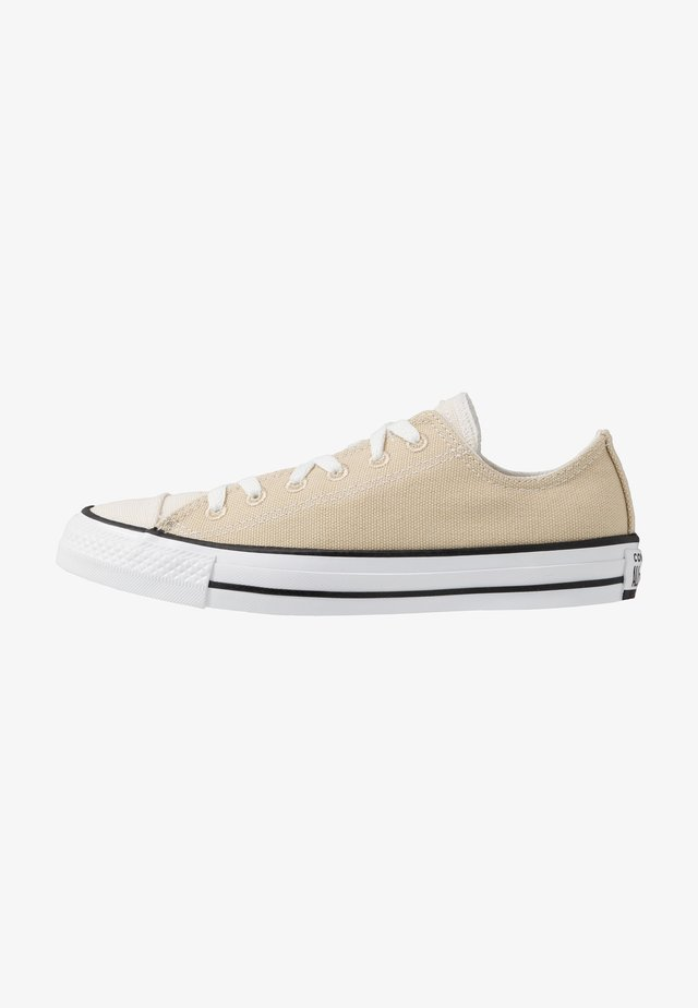 CHUCK TAYLOR ALL STAR OX RENEW - Sneakersy niskie - desert ore/natural/black