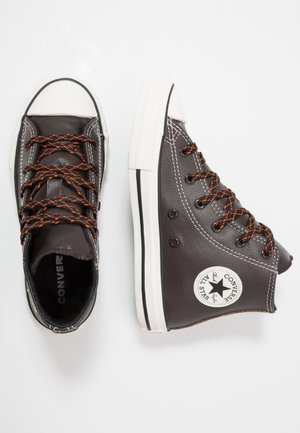 CHUCK TAYLOR ALL STAR TUMBLED - Vysoké tenisky - brown/campfire orange
