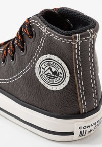 Converse - CHUCK TAYLOR ALL STAR TUMBLED - Sneakers alte - velvet brown/campfire orange - 2