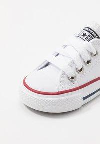 Converse - CHUCK TAYLOR ALL STAR - Sneakersy niskie - white/garnet/navy - 2