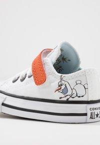 Converse - CHUCK TAYLOR ALL STAR FROZEN - Zapatillas - white/illusion blue/campfire orange - 5